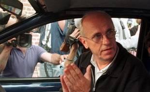 Willy Voet, l'ex-soigneur belge de la formation cycliste professionnelle Festina, le 24 juillet 1998, à Loos lez Lille, quelques jours après son arrestation à la frontière franco belge, dans une des voitures de son équipe, le coffre rempli de produits dopants.