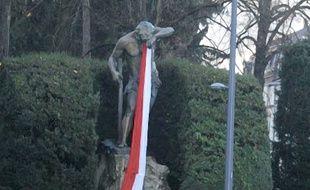 La statue du «Schweissdissi» dans le parc du Tivoli à Mulhouse recouverte d'une écharpe «Rot un Wiss».