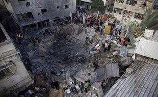 L'armée israélienne a bombardé une maison dans le centre de Gaza, visant un chef militaire du Hamas et tuant plusieurs civils, le 18 novembre 2012.