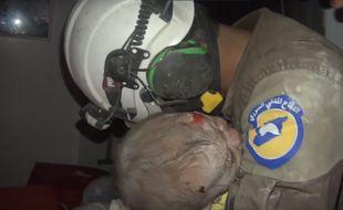 Capture d'écran de la vidéo du sauvetage d'un nourrisson à Idlib en Syrie par les Casques Blancs.
