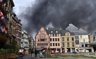 La fumée noire a envahi Rouen après qu'un incendie a revagé l'usine Lubrizol dans la nuit de mercredi à jeudi 26 septembre 2019.