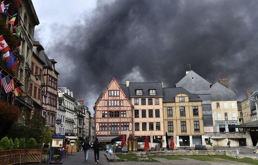 VIDEO. Incendie de l'usine Lubrizol à Rouen : Quels sont les risques et quelles sont les précautions à prendre ?