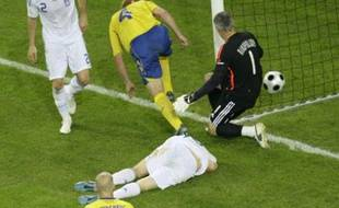 Sweden's Petter Hansson (C) Greece's Giourkas Seitaridis (L) and goalkeeper Antonis Nikopolidis (R) react after Hansson scored during their Group D Euro 2008 soccer match against Greece at the Wals-Siezenheim Stadium in Salzburg, June 10, 2008. REUTERS/Christian Charisius (AUSTRIA)