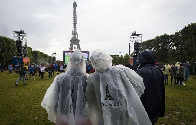 Des supporteurs de football affrontent la pluie dans la «fan-zone» de Paris le 12 juin 2016.