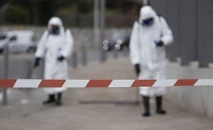 Des équipes désinfectent le mobilier urbain autour de l'hôpital Pasteur à Nice, le 27 mars 2020