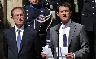 """Le nouveau ministre de l'Intérieur Manuel Valls a promis jeudi, à l'issue de la passation de pouvoirs avec son prédécesseur Claude Guéant qu'il n'y aurait """"ni angélisme ni course aux chiffres"""" en matière de sécurité, """"ni stigmatisation de communautés""""."""