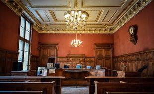 Une salle de tribunal. (illustration)