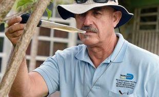 L'inspecteur Carlos Vargas traque les larves du moustique Aedes aegypti, le 8 juin 2016 à Miami