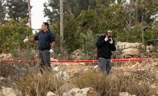 Des policiers israéliens enquêtent sur le site de l'attaque de deux gardes-frontières israéliens par un Palestinien, le 4 novembre 2015 près de Hébron en Cisjordanie