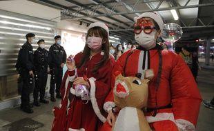 Des habitants de Hong Kong avec un masque de protection contre le Covid-19, le 24 décembre 2020.