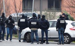 Des policiers s'affairent à l'intérieur d'un périmètre de sécurité à Villejuif le 20 mars 2016 pour la reconstitution du meurtre d'Aurélie Châtelain.