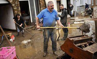 Des habitants nettoient la boue et l'eau de leurs maisons après les inondations à Ensival, Verviers, Belgique, le vendredi 16 juillet 2021.