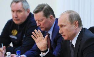 Le président russe Vladimir Poutine (d) rencontre des responsables du secteur spacial, au cosmodrome Vostotchny, près d'Uglegorsk dans l'est de la Russie le 27 avril 2016