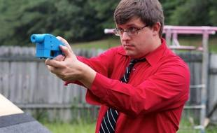 Travis Lerol tient le premier pistolet réalisé entièrement en 3D, en 2013.