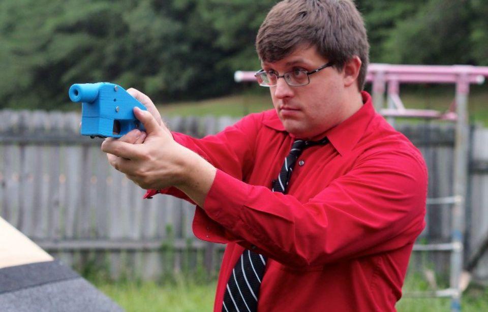 Facebook interdit le partage des plans de fabrication d'armes imprimées en 3D 960x614_travis-lerol-tient-premier-pistolet-realise-entierement-3d-2013