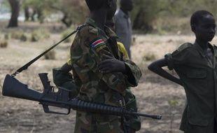 Des enfants-soldats assistent à une cérémonie de désarmement et de démobilisation d'enfants enrôlés dans la guerre civile à Pibor, organisée par l'Unicef le 10 février 2015 au Soudan du Sud