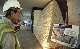 Retrouvée à l'occasion de fouilles préventive, l'ancienne tour Sincaïre a été remontée dans la station Garibaldi