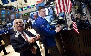 La Bourse de New York a ouvert en baisse mardi, le marché digérant les nombreux résultats de grosses entreprises tout en gardant un oeil sur la résolution du problème de la dette grecque: le Dow Jones perdait 0,63% et le Nasdaq 0,45%.