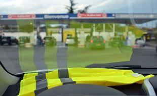 Illustration d'un gilet jaune à l'avant d'une voiture.