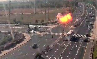 Une roquette tirée de la bande de Gaza a frappé une autoroute manquant de peu plusieurs véhicules à grande vitesse près de Gan, en Israël Yavne le 12 novembre 2019.