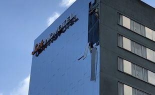 La tempête Ciara a fait des dégâts sur la façade d'un hôtel de Lille.