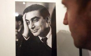 Une personne regarde un autoportrait du photojournaliste Robert Capa, le 5 octobre 2004 à la Bibliothèque nationale de France (BNF) à Paris, lors de l'exposition «Andrei Friedman dit Robert Capa, photographe de guerre».