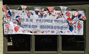 Une banderole en hommage au prince Philip a été accrochée sur la devanture d'un pub près de Windsor.