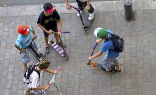 Les adolescents ont slalomé dangereusement entre les voitures sur la chaussée.
