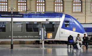 Illustration d'un TER en gare Saint-Charles à Marseille.