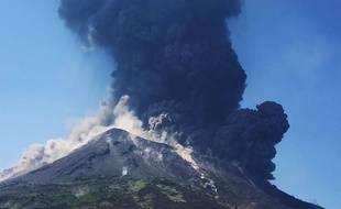 Le panache de fumée s'élevant du volcan Stromboli, le 28 août 2019 après une éruption.