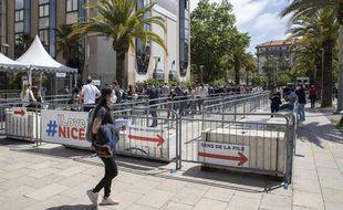 La file d'attente au centre de vaccination du palais des expositions à Nice, le 14 mai 2021