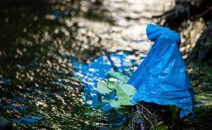 Des déchets plastiques dans une rivière (illustration).
