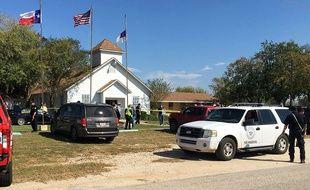 Des véhicules devant l'église de Sutherland Springs, au Texas, où s'est déroulée une fusillade le 5 novembre 2017