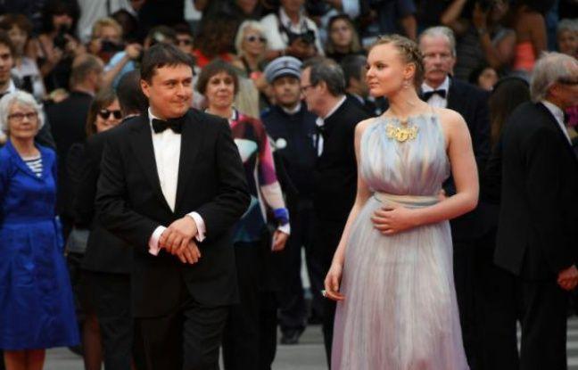 Le metteur en scène Cristian Mungiu et son actrice Maria Dragus posent lors de la dernière montée des marches à Cannes le 22 mai 2016