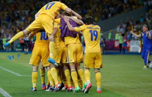 L'équipe d'Ukraine célèbre sa victoire sur la Suède lors son premier match de l'Euro 2012, le 11 juin 2012.