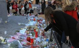 Des passants rendant hommage aux victimes de l'attentat de Strasbourg, survenu le 11 décembre 2018.