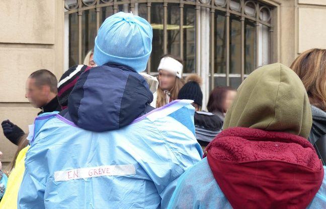 Lyon, le 6 février 2018. Les personnels paramédicaux des urgences de l'hôpital Edouard-Herriot à Lyon, en grève, manifestent devant le siège des HCL pour réclamer davantage de moyens humains pour accueillir les patients dignement.