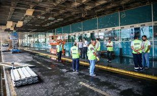 Des employés de l'aéroport Ataturk au lendemain de la triple attaque-suicide, à Istanbul en Turquie, le 29 juin 2016