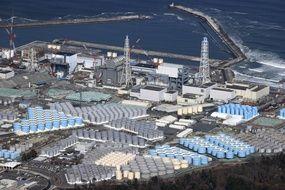 Le réacteur n°1 de Fukushima, avec de l'eau contaminée stockée dans plus de 1.000 citernes.