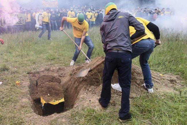 Certains supporteurs ont enterré le «cercueil» dans la prairie à côté de la Beaujoire.