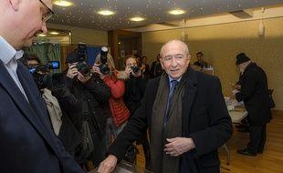 Gérard Collomb, ici au bureau de vote lors du premier tour de l'élection municipale à Lyon le 15 mars.