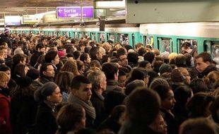Les transports parisiens sont souvent saturés aux heures de pointe sont l'une des cibles de la FNAUT