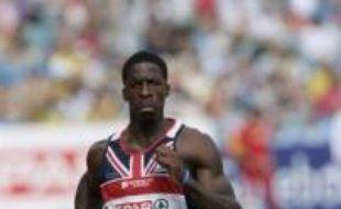 """Le sprinteur britannique Dwain Chambers, suspendu deux ans pour dopage, a été autorisé à prendre part ce week-end à Sheffield (Nord) aux qualifications pour les Mondiaux en salle de Valence (Espagne), a annoncé mardi la fédération britannique (UKA) qui a pris sa décision """"avec réticence""""."""