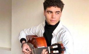 Alexis Clerville a débuté la guitare avec son père, musicien.