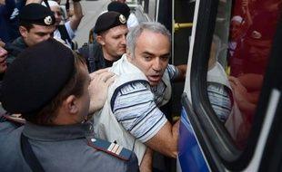"""M. Kasparov a été interpellé vendredi dernier dans la capitale russe au cours d'une manifestation de soutien aux Pussy Riot près du tribunal qui a condamné ce jour-là trois jeunes femmes membres de ce groupe à deux ans de camp pour avoir chanté une """"prière punk"""" contre Vladimir Poutine dans une cathédrale."""