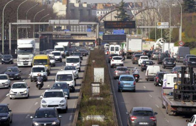 """Un panneau sur le périphérique parisien indique """"Risque pollution ralentir"""" le 10 avril 2015"""
