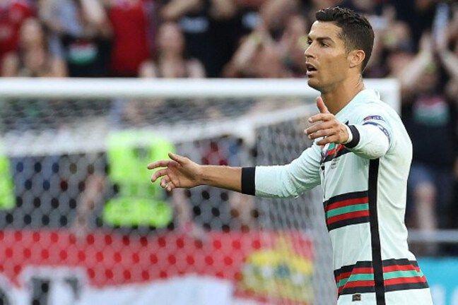 Cristiano Ronaldo attend l'ouverture contre la Hongrie.