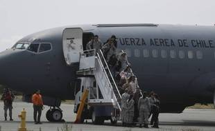 Les familles des passagers de l'avion militaire chilien disparu sont arrivées à la base de Punta Arenas le 11 décembre 2019.