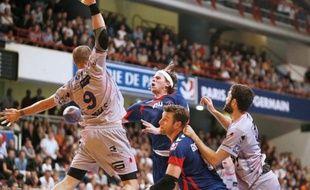 Chambéry a pris seul la tête du classement de la D1 de handball, en allant s'imposer vendredi à Nantes 32 à 29 (mi-temps: 18-15), au terme d'un match intense et spectaculaire en ouverture de la 2e journée, qui verra le PSG Handball se rendre à Aix vendredi et Montpellier accueillir Tremblay samedi.