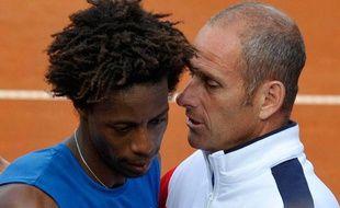 Gael monfils est félicité par Guy Forget à l'issue du quart de finale de la coupe Davis contre l'Allemand Kohlschreiber le 8 juillet 2011.